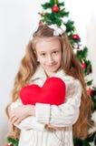 有红色心脏玩具的小女孩 库存图片