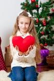 有红色心脏玩具的小女孩 库存照片
