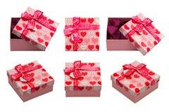 有红色心脏的一个箱子 背景蓝色框概念概念性日礼品重点查出珠宝信函生活纤管红色仍然被塑造的华伦泰 图库摄影