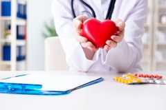 有红色心脏的医生心脏科医师在医院 免版税库存图片