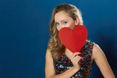 有红色心脏的华伦泰白肤金发的妇女 免版税库存图片