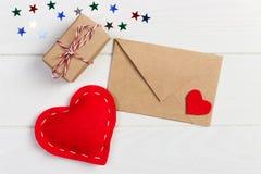 有红色心脏的华伦泰 被包裹被栓的纸小包 与礼物盒的红色心脏包裹与纸卡拉服特 库存照片