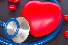 有红色心脏的听诊器 库存图片