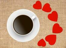 有红色心脏的咖啡杯在大袋帆布粗麻布 免版税库存照片