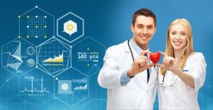 有红色心脏的在蓝色的医生和图 免版税图库摄影