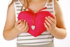有红色心脏的女孩 库存照片
