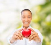 有红色心脏的妇女手 库存照片