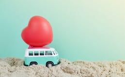 有红色心脏的嬉皮公共汽车在屋顶情人节 库存图片