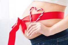 有红色心脏的怀孕的腹部 库存图片