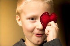 有红色心脏的愉快的孩子 免版税库存照片