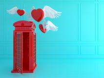 有红色心脏的红色伦敦电话亭在蓝色屋子里 爱tra 图库摄影