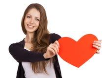 有红色心脏的美丽的女孩在手上 免版税库存照片