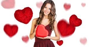 有红色心脏箱子的愉快的少妇 库存图片