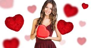 有红色心脏箱子的愉快的少妇 免版税库存图片