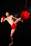 有红色手套的拳击手在暗室 免版税库存照片