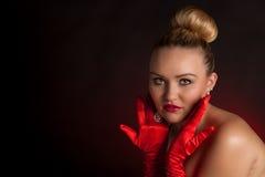 有红色手套的美丽的少妇 免版税库存图片