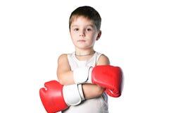 有红色拳击手套的小男孩在被隔绝的白色背景 免版税库存图片