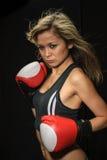 有红色拳击手套的性感的年轻白肤金发的妇女 免版税图库摄影