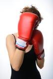 有红色拳击手套的美丽的亚裔妇女守卫她的面孔 库存图片