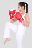 有红色拳击手套的美丽的妇女 免版税库存照片