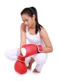 有红色拳击手套的美丽的妇女 免版税库存图片