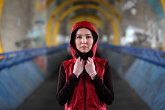 有红色敞篷的美丽的亚裔妇女 免版税库存照片
