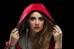 有红色敞篷纹身花刺和构成的女孩 免版税库存照片