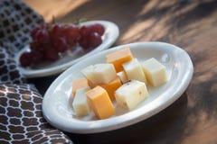 有红色无核的葡萄`的乳酪盘子 免版税图库摄影