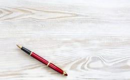 有红色时髦的笔的树木繁茂的书桌 库存照片