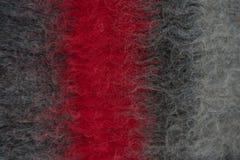 有红色条纹的黑手工制造羊毛毛毡毯子 库存照片