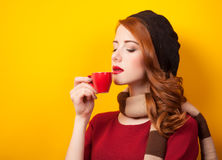 有红色杯子的女孩 免版税图库摄影