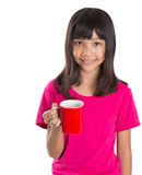 有红色杯子的IV年轻亚裔女孩 库存照片
