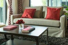 有红色枕头的客厅在沙发 免版税库存照片