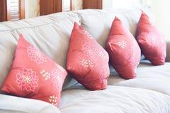 有红色枕头的织品沙发 库存照片