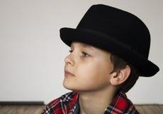 有红色格子花呢披肩的男孩 免版税图库摄影