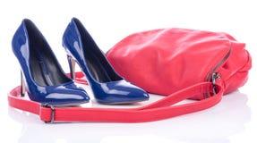 有红色桃红色提包的蓝色高跟鞋鞋子 图库摄影