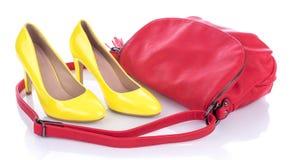 有红色桃红色提包的黄色高跟鞋鞋子 库存照片
