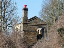 有红色桶的废弃和被放弃的铁路棚子在烟囱,Chorleywood顶部 库存图片