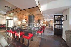 有红色椅子的寿司餐厅 免版税库存图片