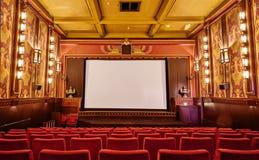 有红色椅子的经典影片剧院 库存图片