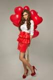 有红色气球心脏形状的美丽的少妇华伦泰的 库存图片