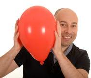 有红色气球的愉快的人 免版税库存照片