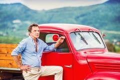 有红色汽车的老人 免版税图库摄影