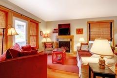有红色沙发和壁炉的舒适客厅 库存图片
