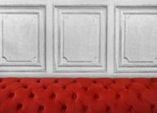 有红色沙发和黑墙壁的室 免版税库存图片