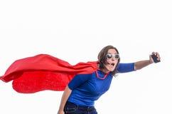 有红色海角的妇女超级英雄,白色 库存图片