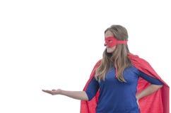 有红色海角的妇女超级英雄 免版税库存图片