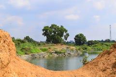 有红色玄武岩土壤的岩石湖 库存图片