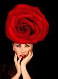 有红色玫瑰帽子的女性 免版税库存照片