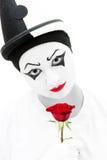 有红色玫瑰的哀伤的小丑 免版税库存照片